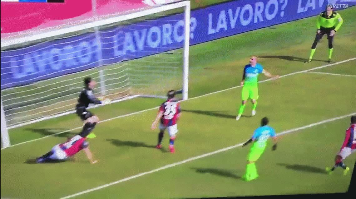 Era por abajo recargado: Rodrigo Palacio se perdió un gol imposible