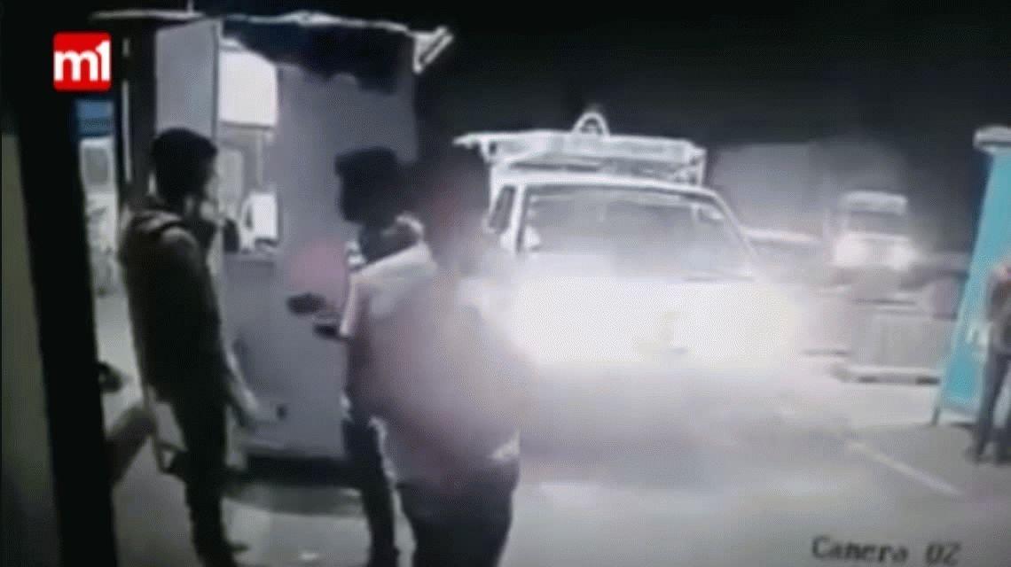 Peligro al volante: un auto fuera de control arrasó con todo en un peaje
