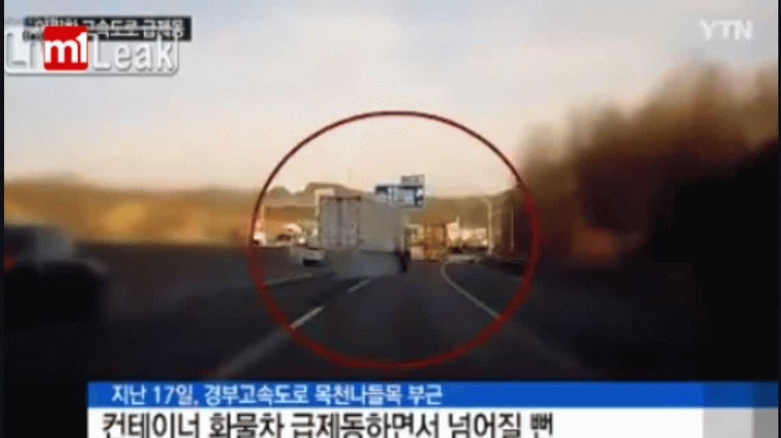 VIDEO: Un camión queda en dos ruedas y no vuelca de milagro