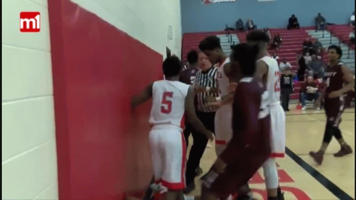 Feroz batalla durante un partido de basquet femenino en Estados Unidos