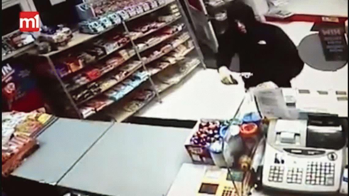 VIDEO: Entró dispuesto a robar pero pasó un papelón con dos abuelos