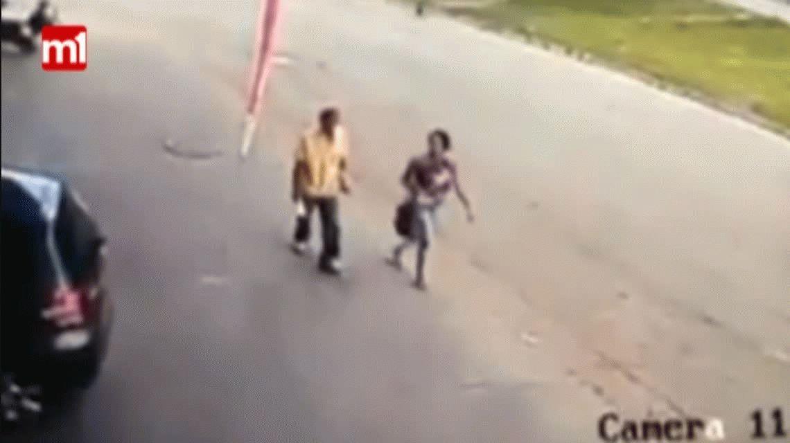Impactante: caminaba por una vereda y lo noqueó una rueda
