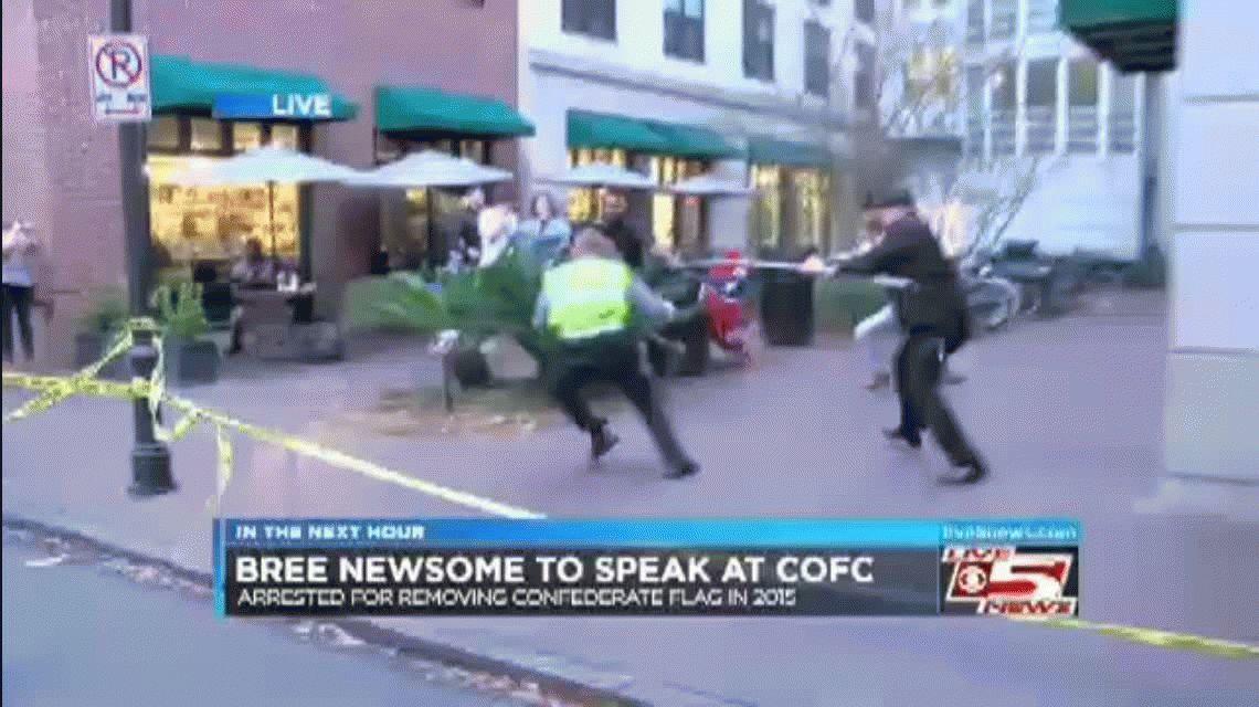 VIDEO: Un hombre salta para tirar abajo una bandera racista y es capturado en vivo
