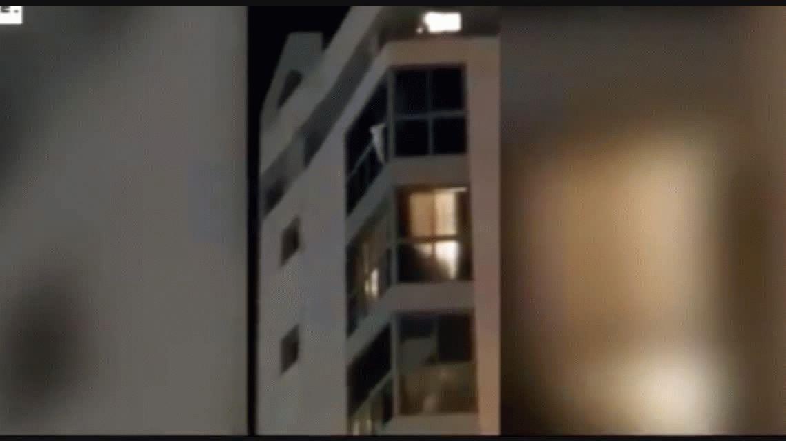 VIDEO: Los bomberos salvaron a una chica de 5 años que colgaba de un balcón