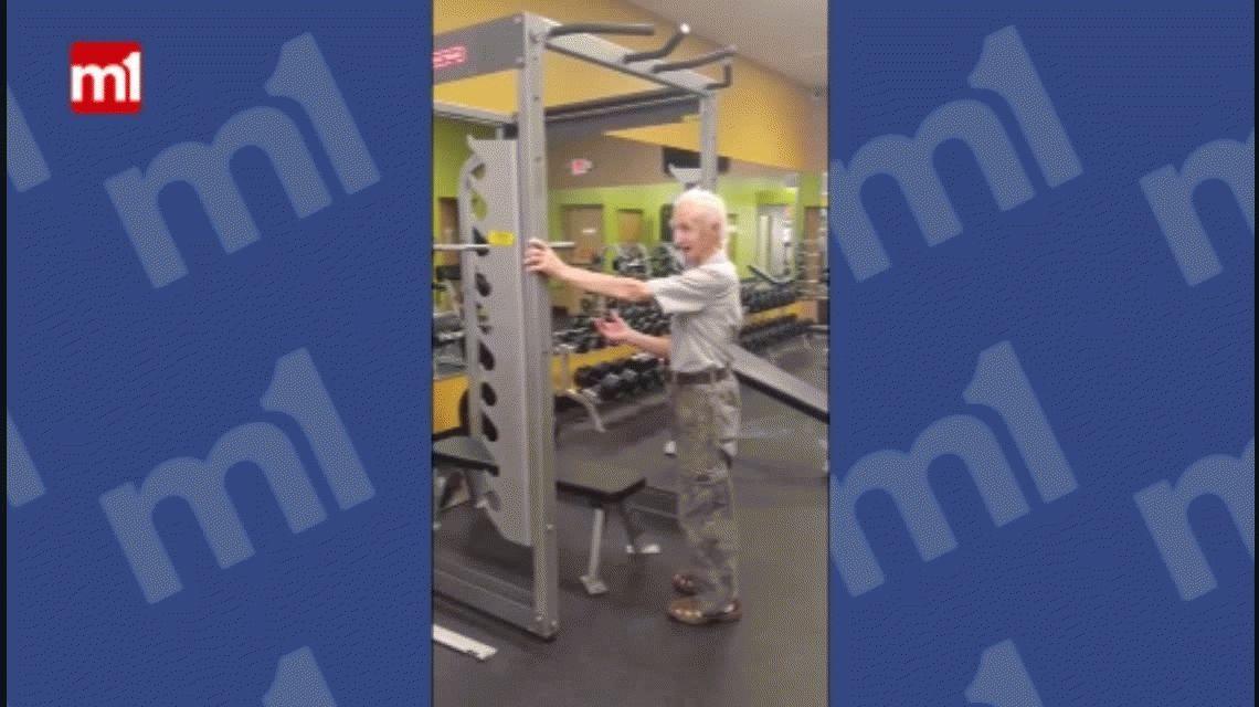 Se la banca más que vos: mirá a un hombre de 90 años hacer dominadas