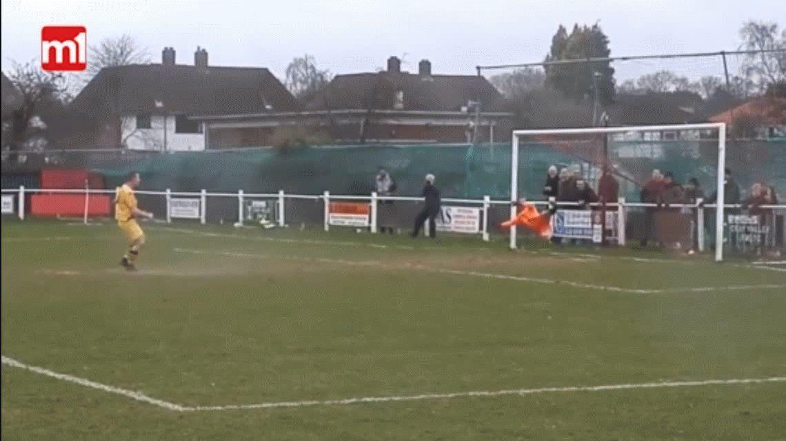 Un día de furia: un arquero sufrió un gol de penal y empezó a cabecear el palo