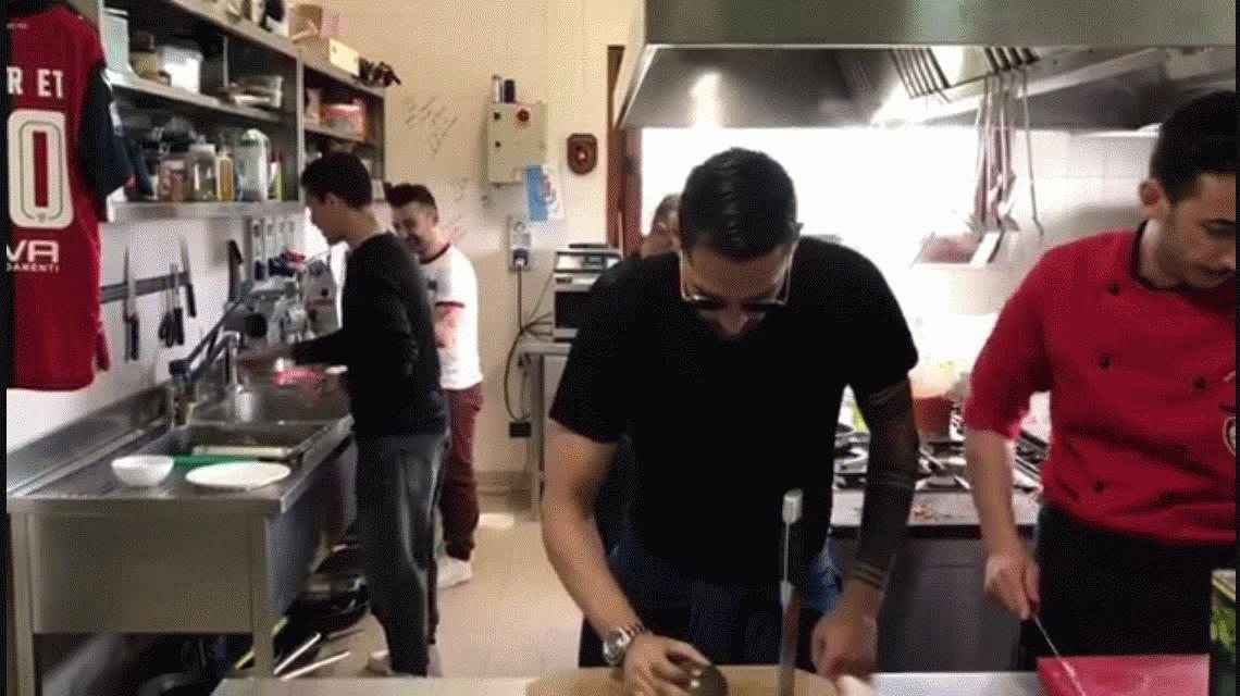 A lo Salt Bae: el Papu Gómez cocina un pulpo y se vuelve viral en Italia
