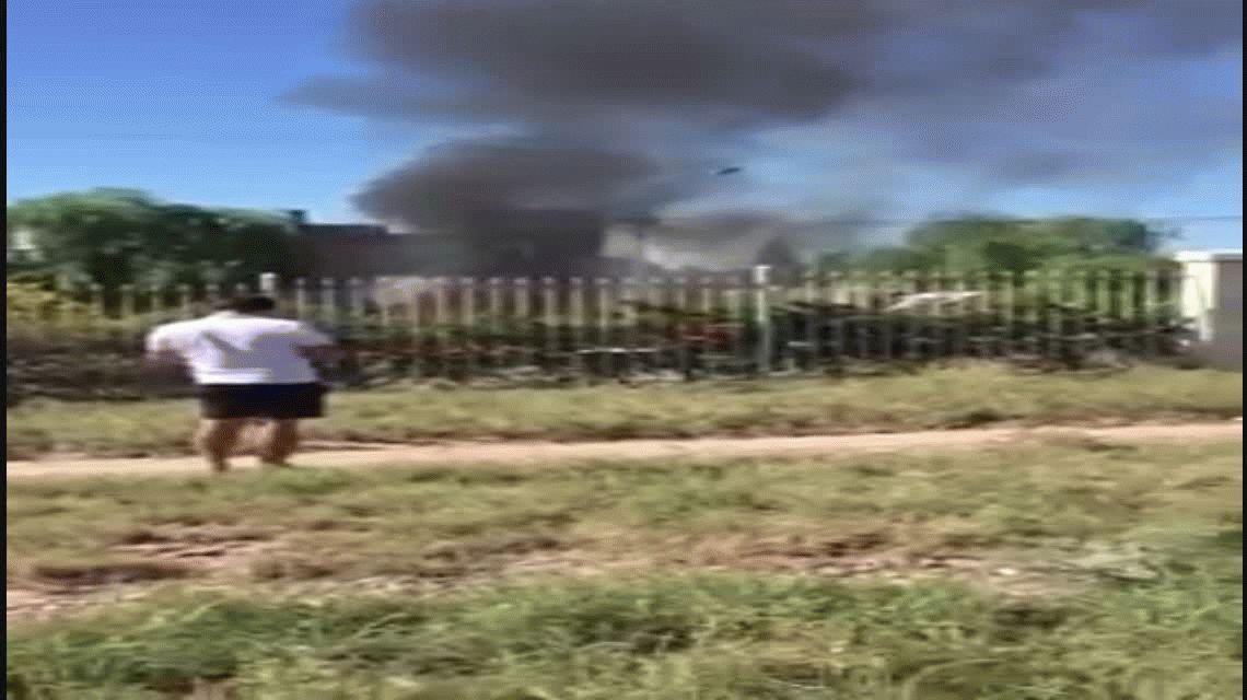 VIDEO: Una avioneta cayó en el patio de una casa en Mendoza