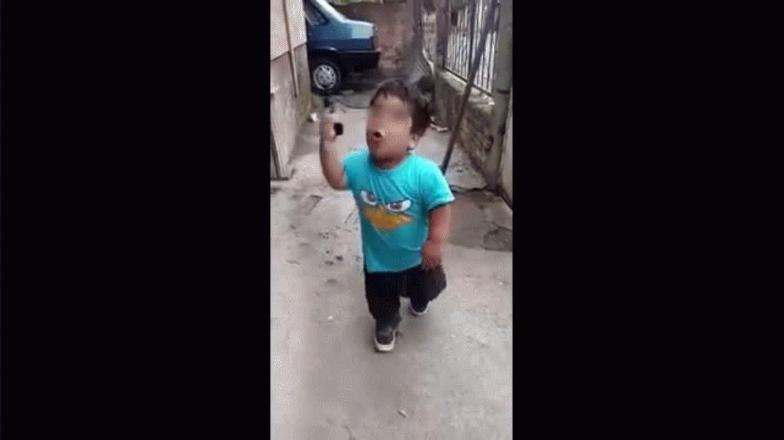 VIDEO Condenable y aterrador: filman a un nene mientras le enseñan a robar