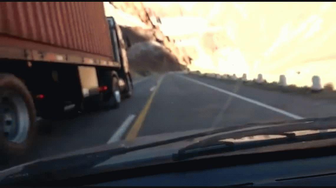 VIDEO: escrachan a un camionero en la peligrosa ruta 7 a toda velocidad