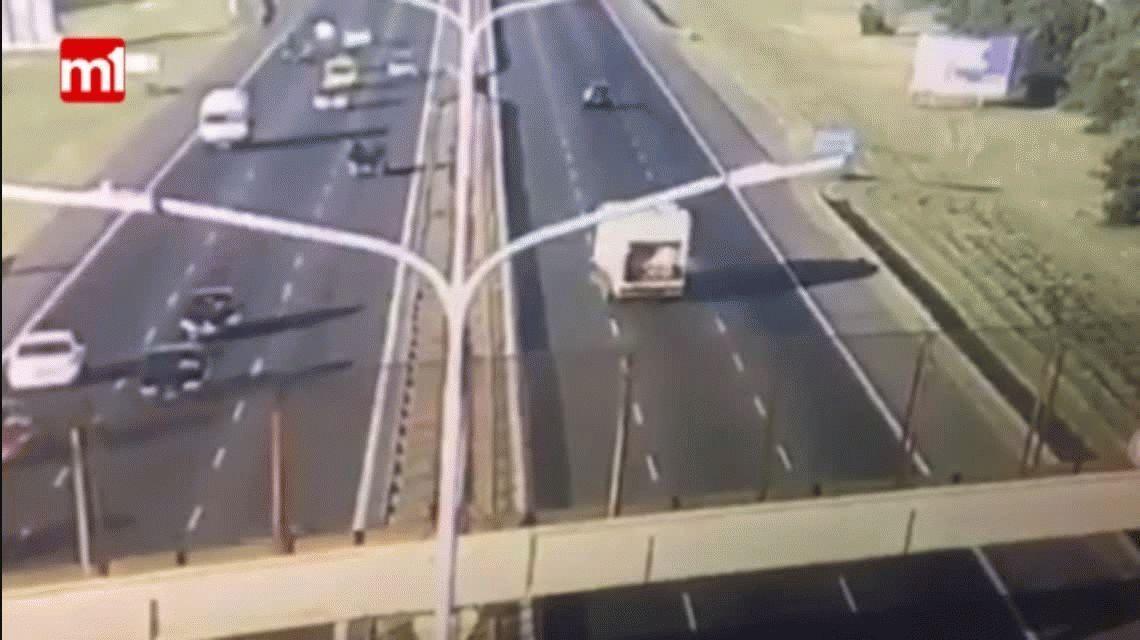 Un camión se pasó al carril contrario en el Camino del Buen Ayre
