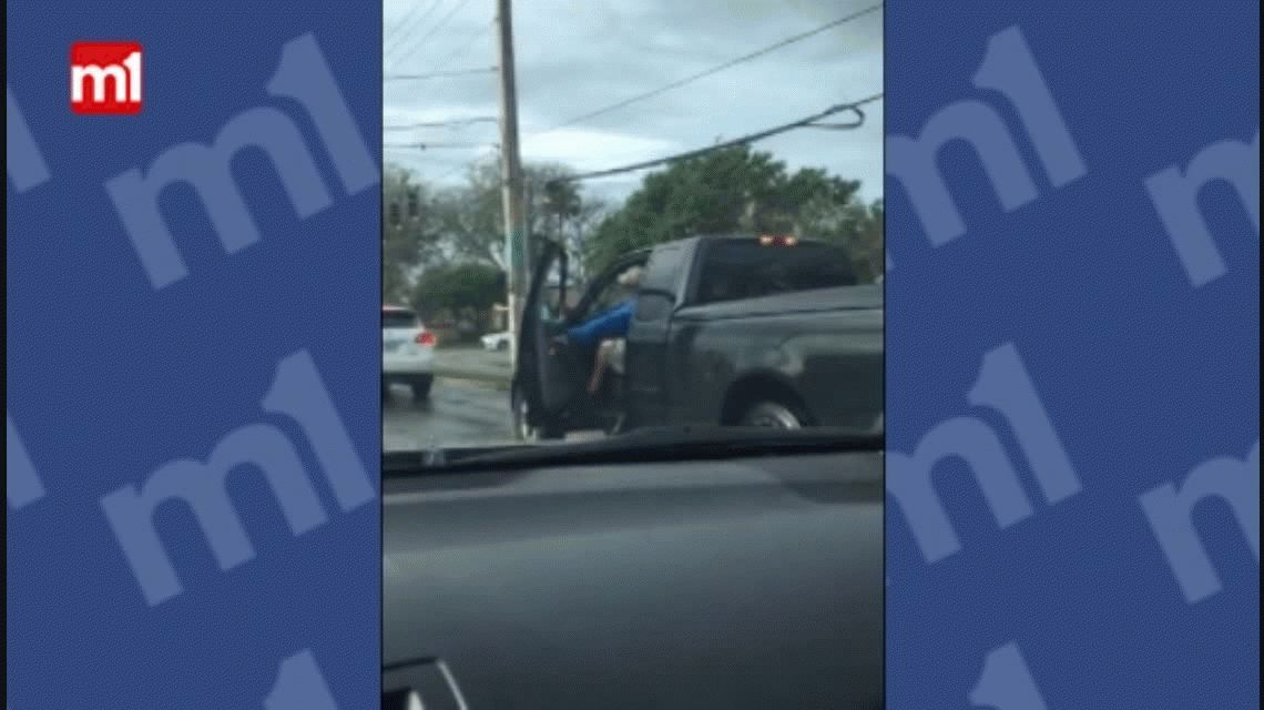 VIDEO: Violenta discusión de tránsito con palos y gas pimienta