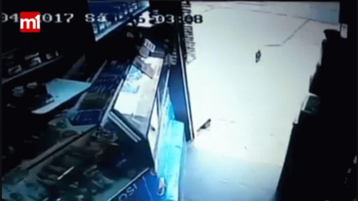 VIDEO: Una nena entra a robar a un kiosco en Flores
