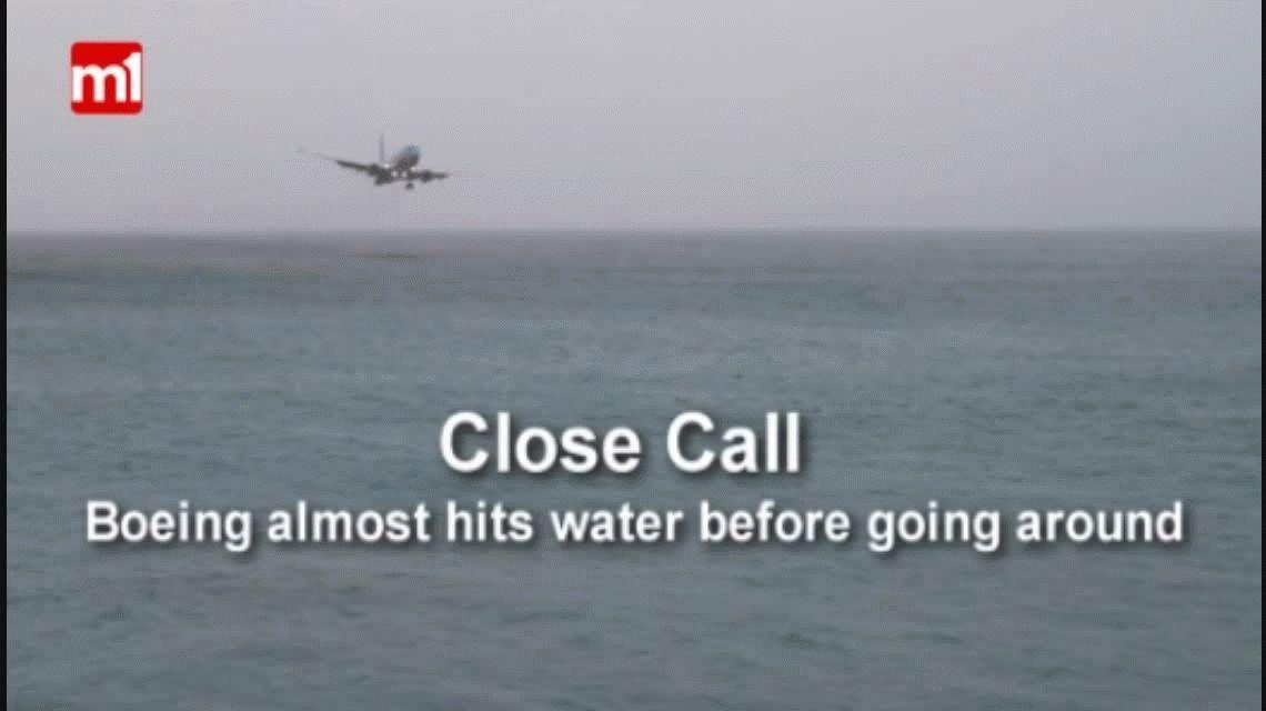 Un avión casi cae al mar en un aterrizaje peligroso