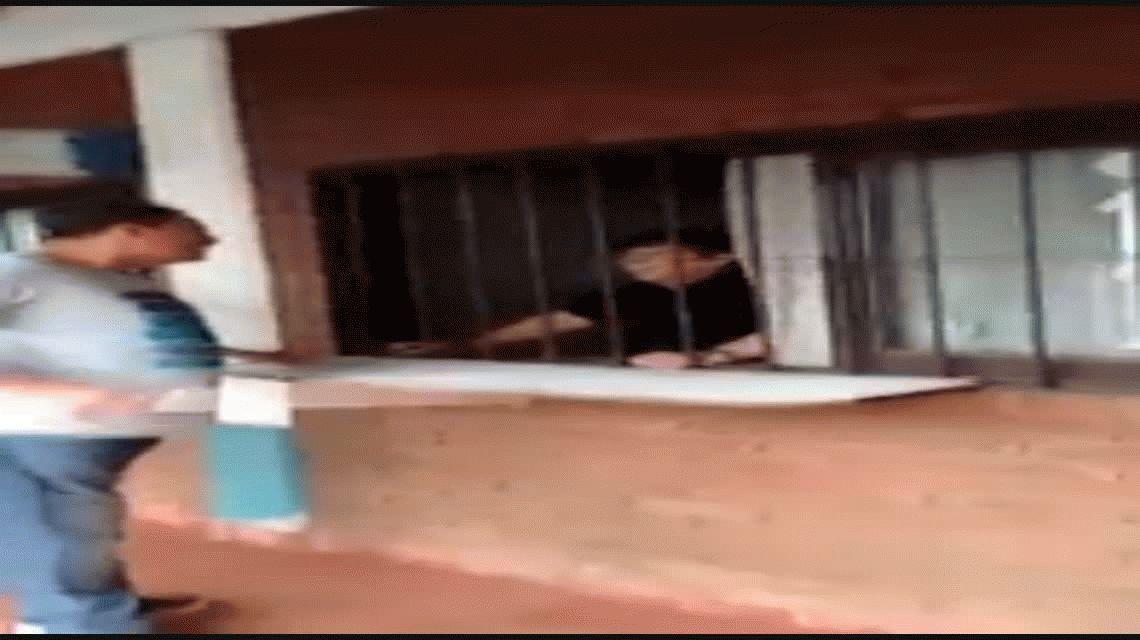 VIDEO: Un hombre dispacitado dejó el auto estacionado, la grúa se lo llevó y enfureció