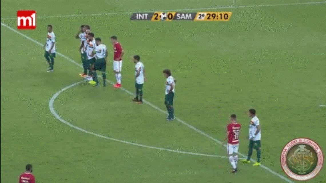 Impresionante gol de tiro libre de Andrés DAlessandro para el Inter de Porto Alegre