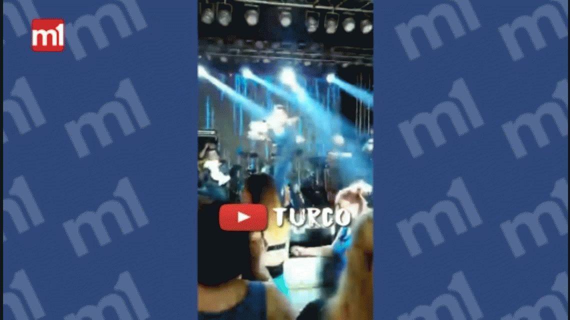 VIDEO: Un cantante de cuarteto se peleó con el público en pleno show