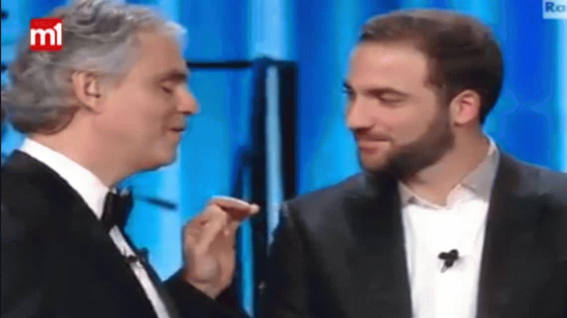 Gonzalo Higuaín volvió a quedar en ridículo tras el saludo a Andrea Bocelli