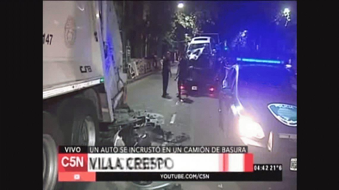 Villa Crespo: un auto chocó a un camión de residuos y un recolector perdió sus piernas
