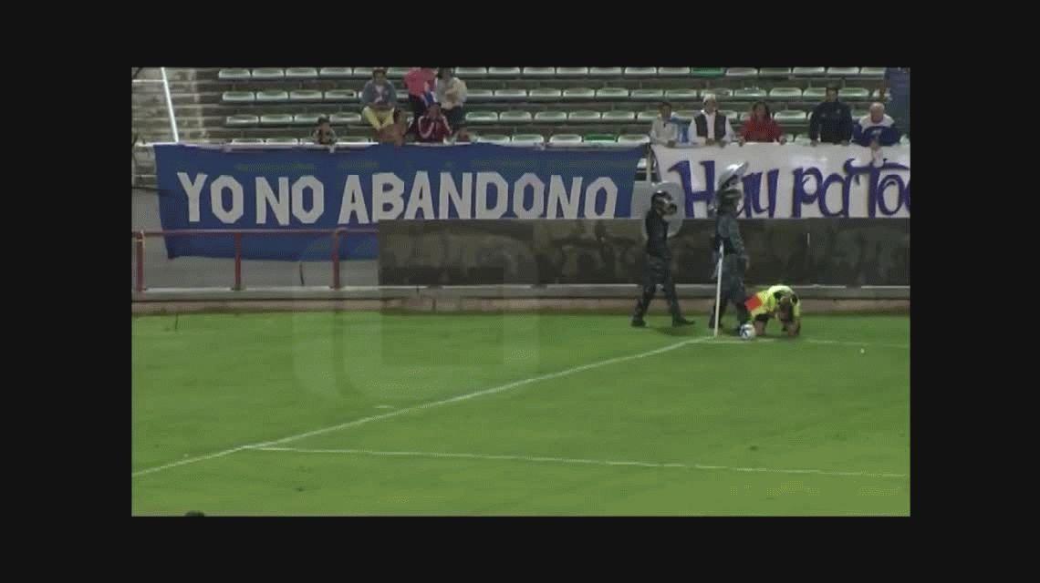 VIDEO Escándalo en la Copa Argentina: se suspendió un partido por agresión al juez de línea
