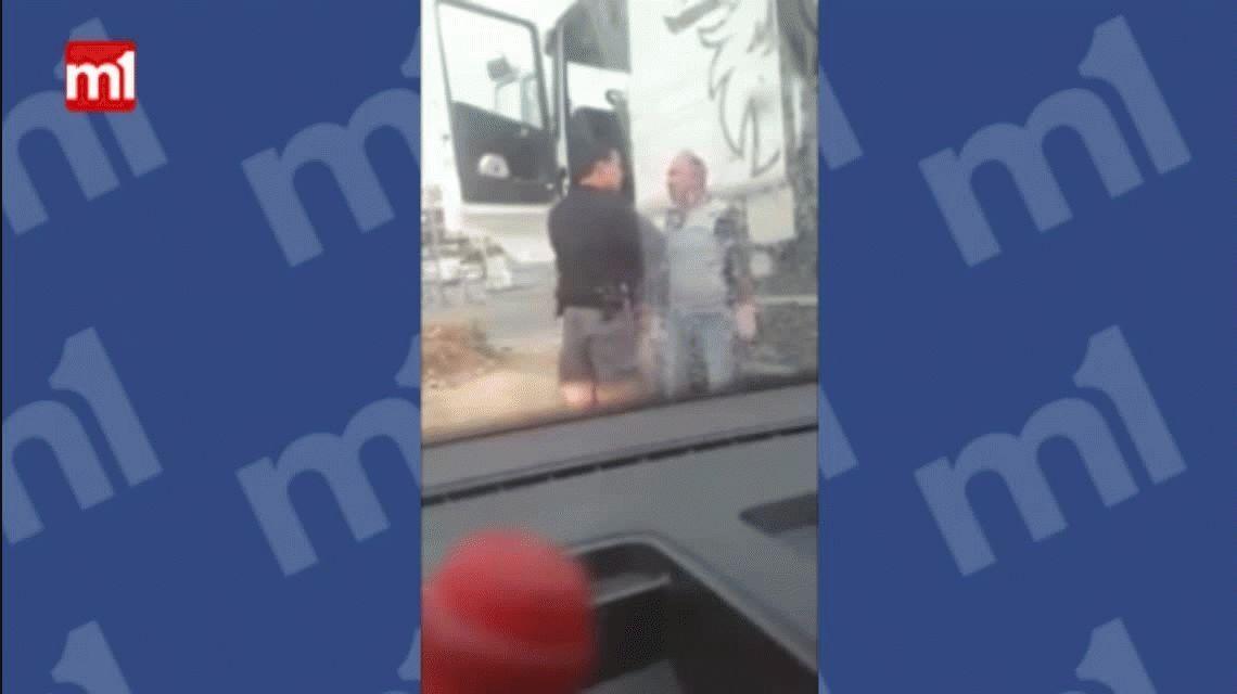 Piñas, patadas y cabezazos: la brutal agresión de un policía a un conductor