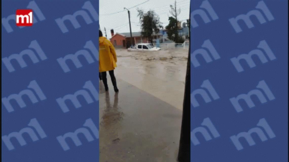 Rescatan a un conductor atrapado en una camioneta en pleno temporal