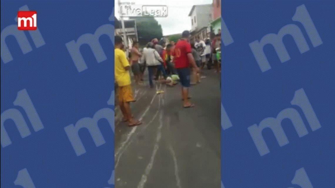 VIDEO: Una multitud atrapa a un motochorro y le da latigazos en Brasil