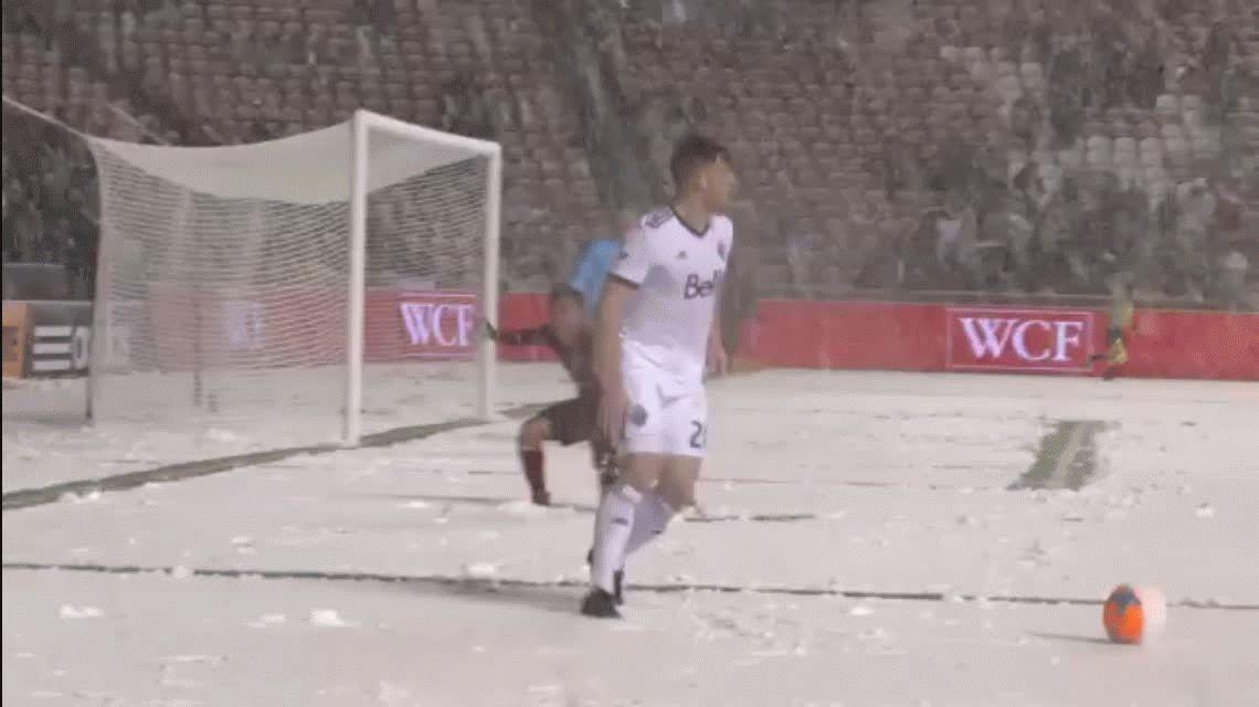 ¡Está loco! Mirá lo que hizo Luis Silva en plena nieve contra Tim Parker