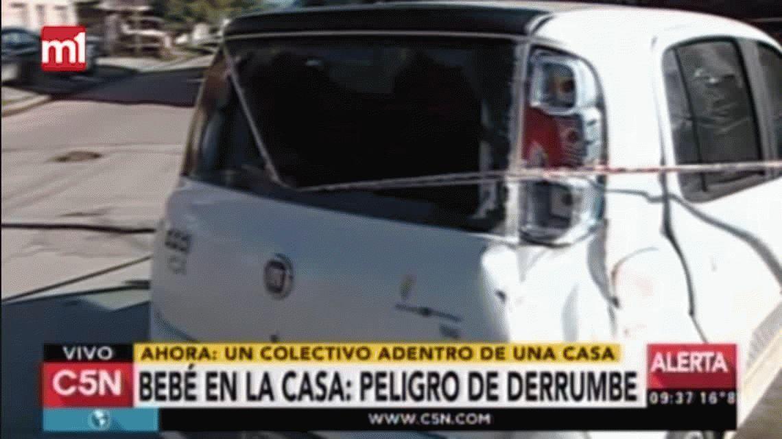 Un colectivo chocó contra un auto y se incrustó en una casa de Lanús
