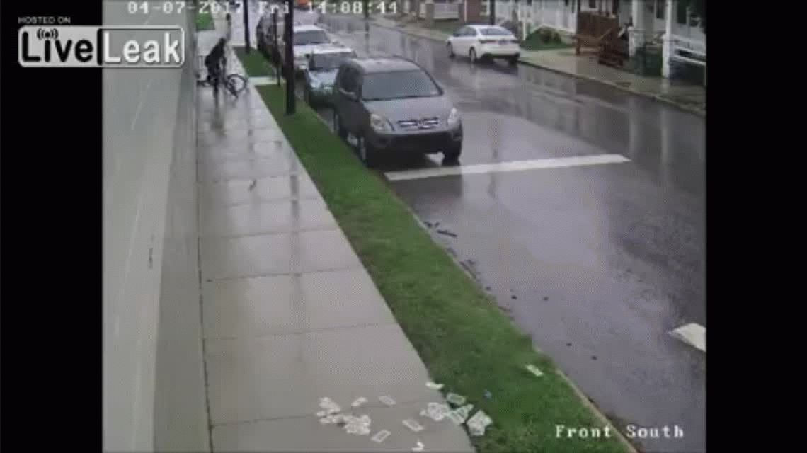 VIDEO: Robó un banco, se fue en bicicleta y se le voló la plata