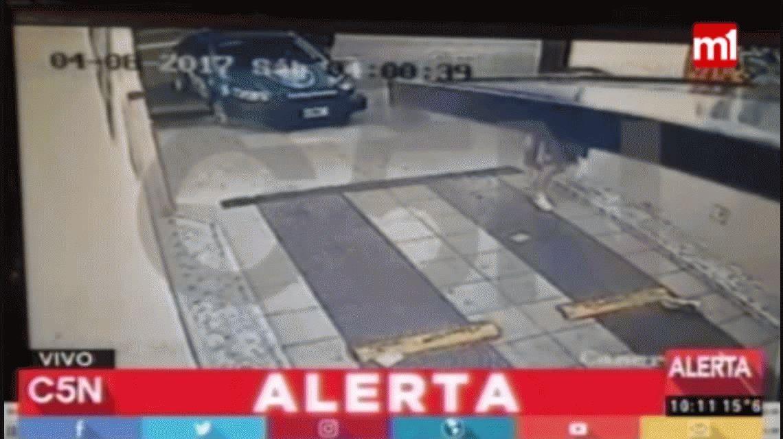 VIDEO: Brutalidad policial contra el dueño de un albergue transitorio