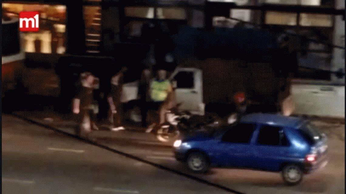 VIDEO: Una discusión de tránsito frente a una escuela de boxeo terminó a las piñas