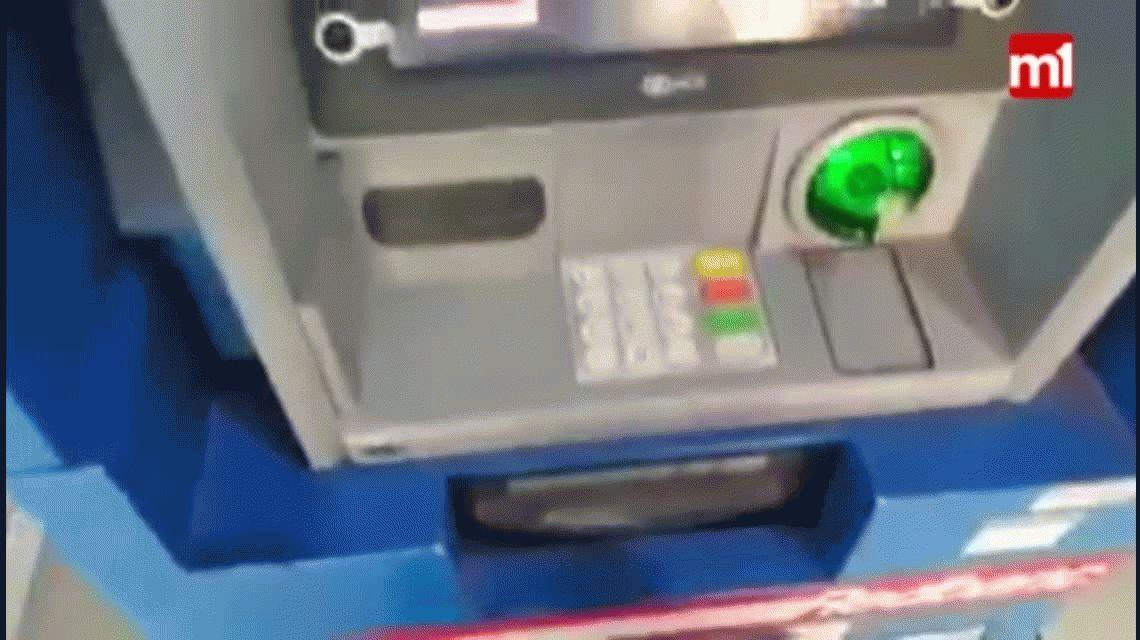 VIDEO: Así clonan las tarjetas en los cajeros automáticos de Chile
