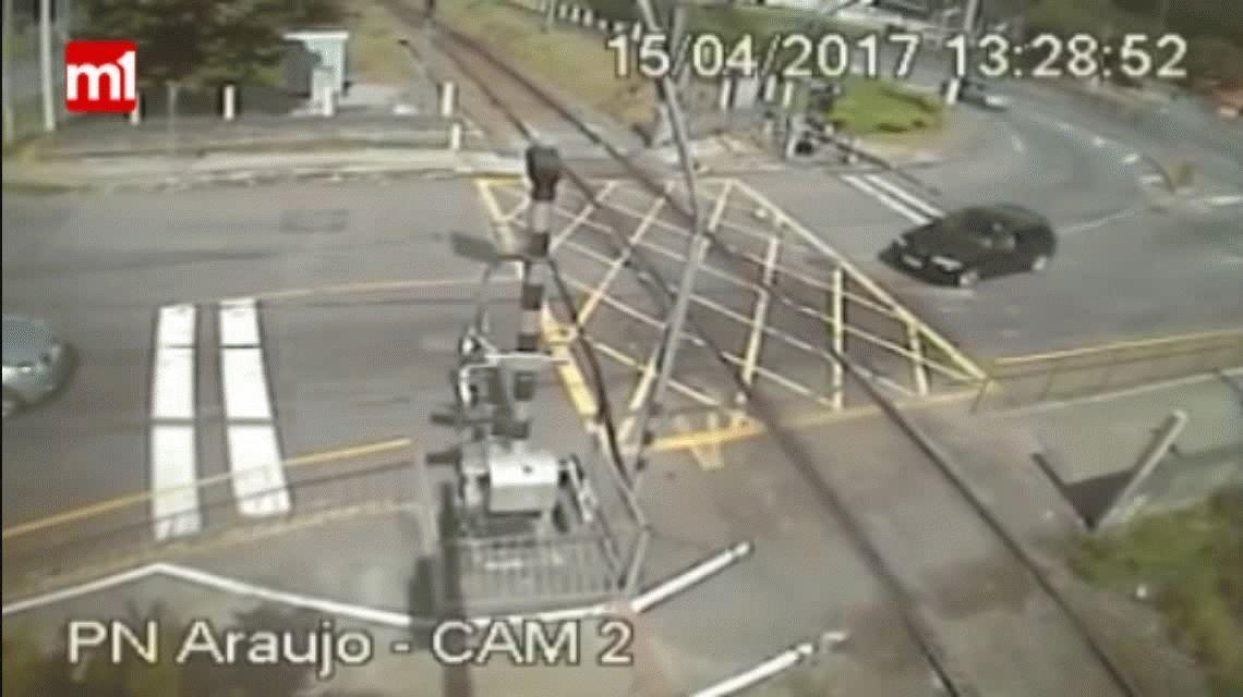 VIDEO: ¿Qué te puede pasar por impaciente al cruzar las vías del tren?