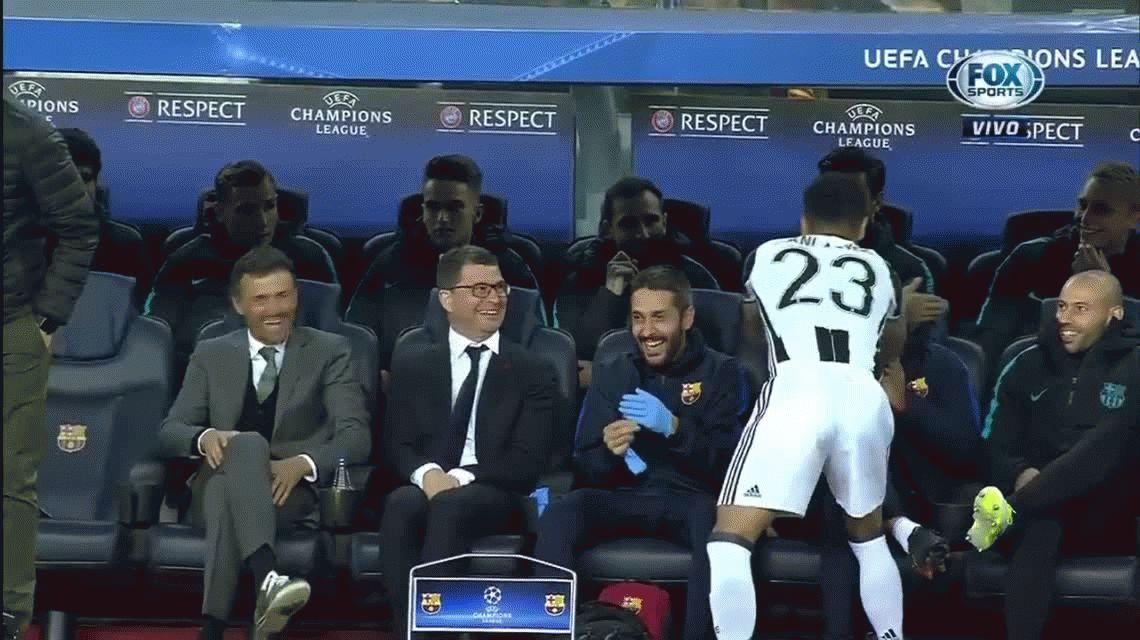 Dani Alves se demoró saludando a sus ex compañeros y el partido empezó sin él