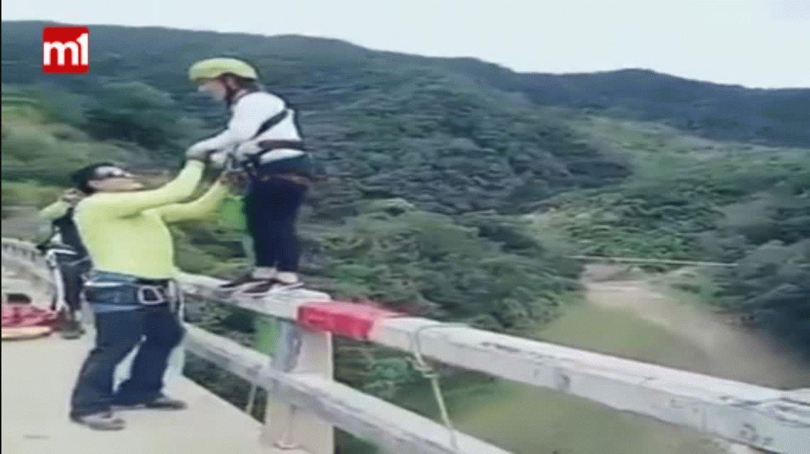 Milagro en Bolivia: saltó en bungee jumping, cayó al río y sobrevivió