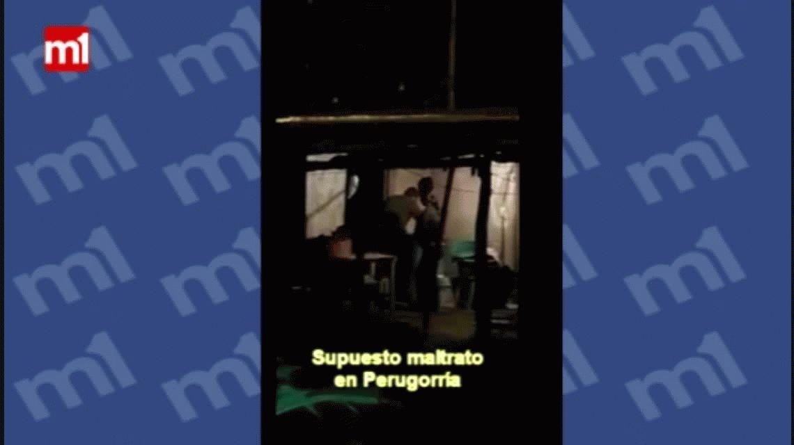 VIDEO: Metió a su hijo en un tambor lleno de agua para castigarlo