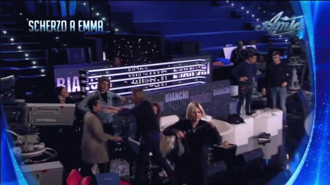 Una cantante italiana  fue manoseada en pleno show de TV