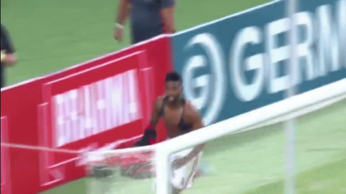 Rodinei fue a festejar un gol con sus hinchas ¡y le robaron su camiseta!