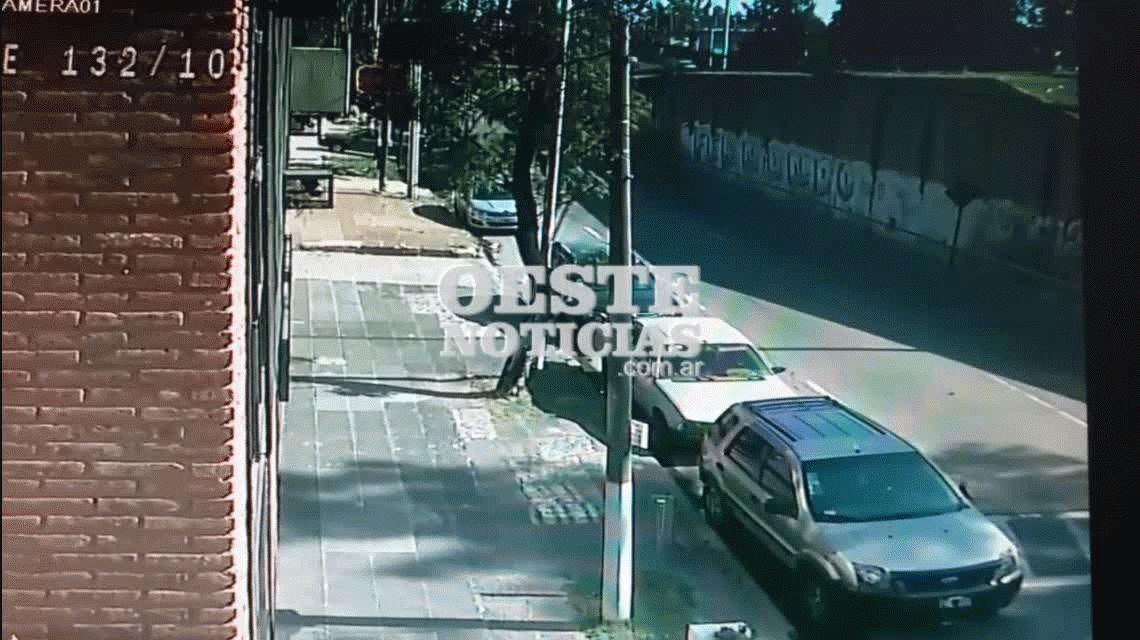 Dos delincuentes que escapaban de la policía cayeron desde un puente en Castelar