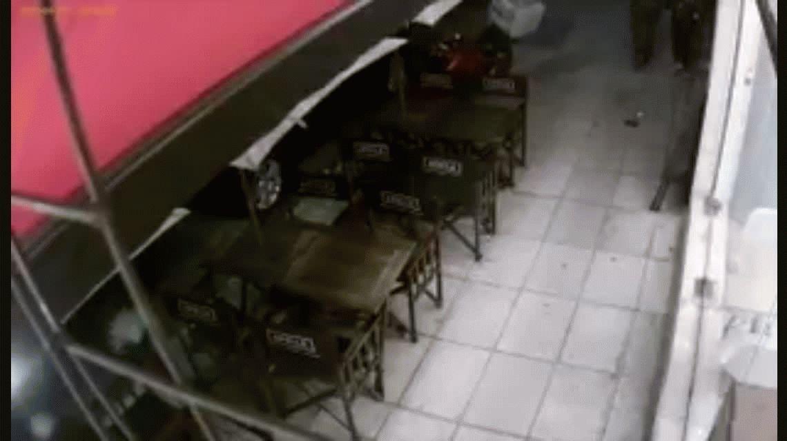 Tres delincuentes robaron en una heladería de Caballito