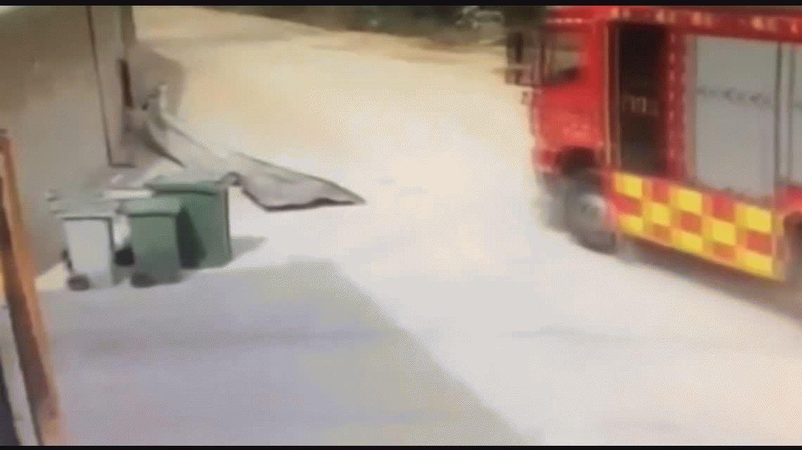 España: una explosión que hizo volar por los aires a unos bomberos