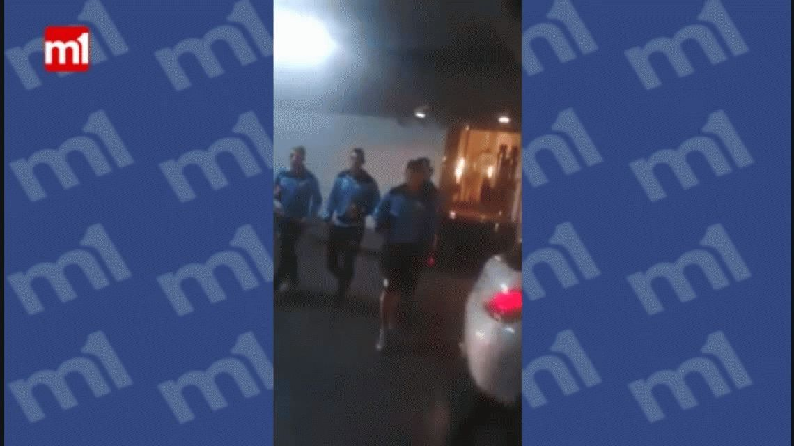 Un hincha de Belgrano apretó al plantel antes de jugar contra Vélez