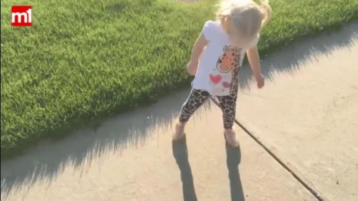 La nena más tierna: se enoja con su sombra y le dice que se vaya