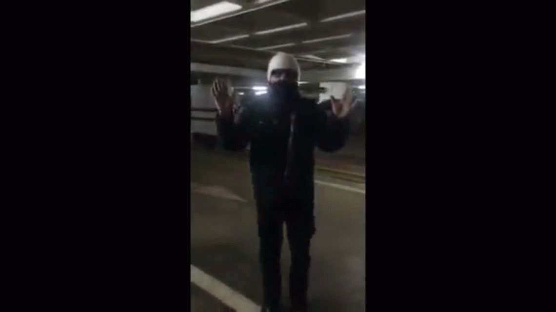 VIDEO: León Gieco no pudo llegar a la marcha contra el 2x1 y cantó en un estacionamiento