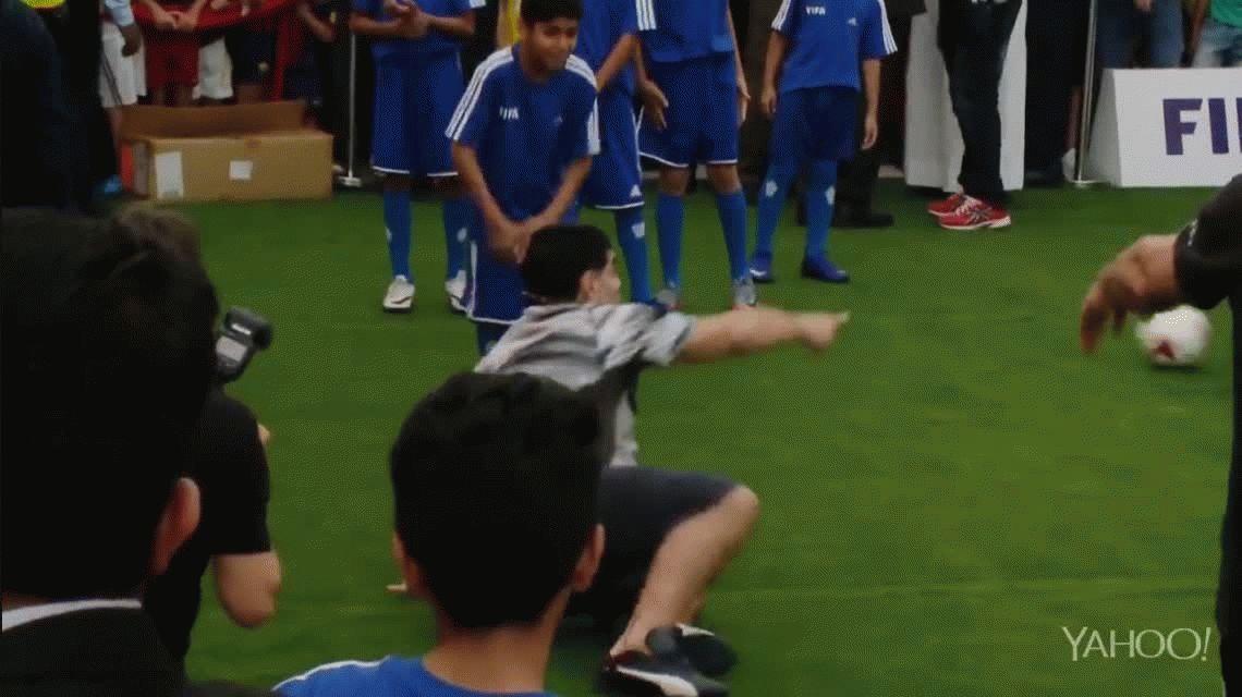 VIDEO: así reaccionó Diego Maradona cuando un nene lo dejó en el piso