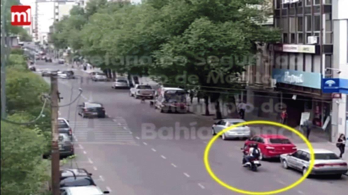 VIDEO: dos jóvenes chocaron con la moto por esquivar un perro