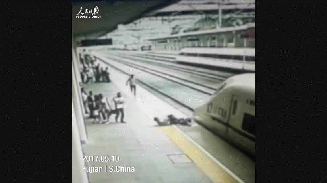 Una mujer quiso tirarse debajo del tren pero la salvaron en el último minuto