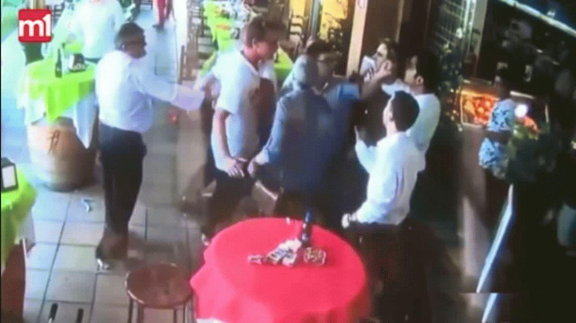 VIDEO: Festejaban la comunión en un restaurante y terminaron a las piñas