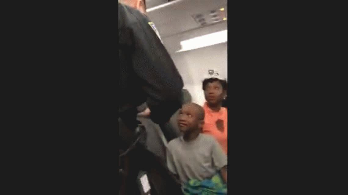 VIDEO: Echaron a una familia de un avión por una torta de cumpleaños